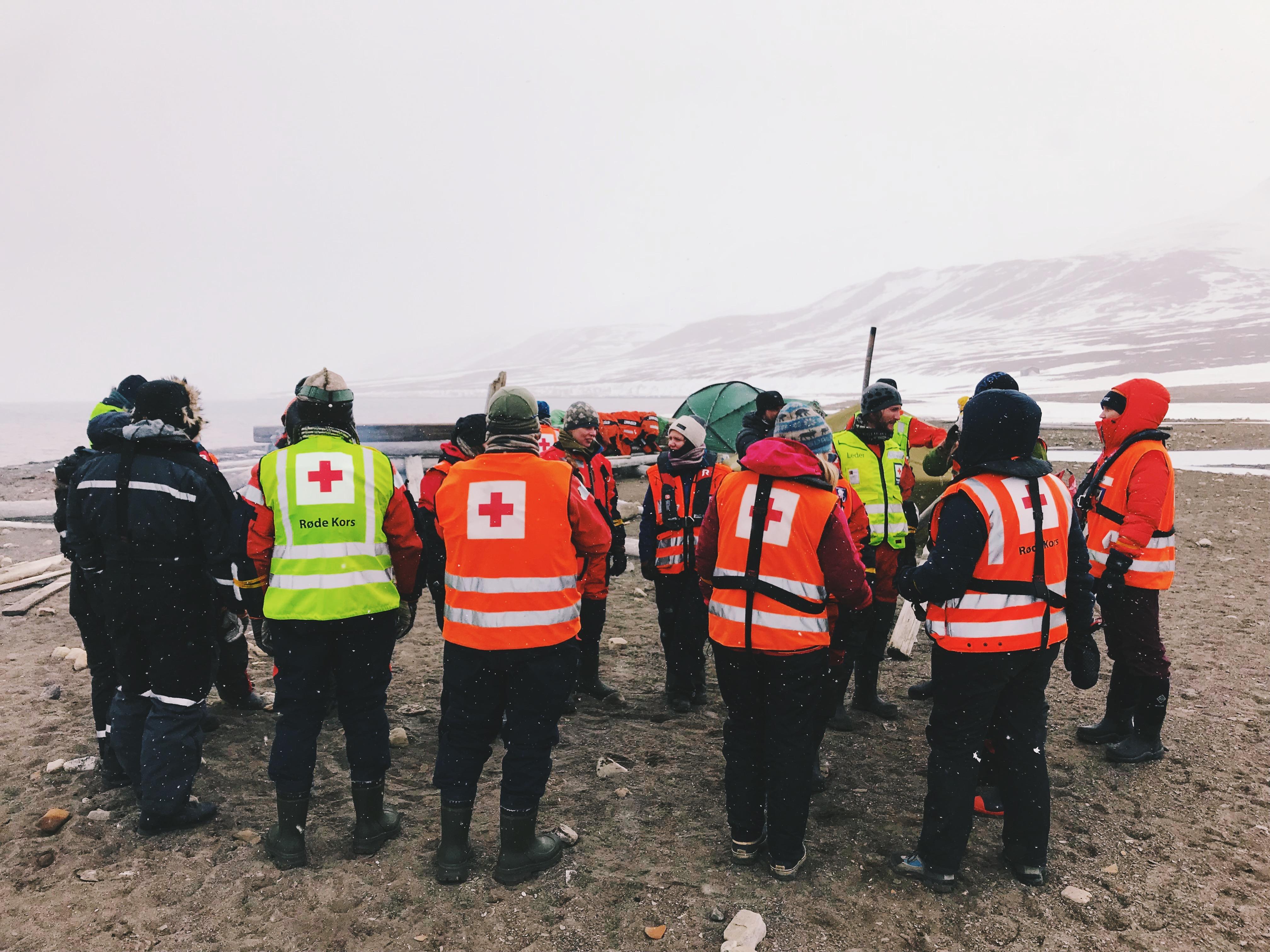 Mannskaper fra Røde Kors samles under SARex Svalbard på Deltaneset.
